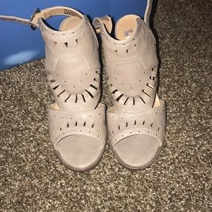 Report size 9 tan heels